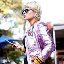 Look Gucci:  Jaqueta bomber metalizada + Clutch statement