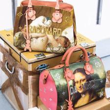 Louis Vuitton x Jeff Koons: Colaboração traz bolsas que revisitam obras de arte